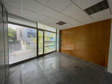 Foto 5 de Edificio Beiza, oficina haciendo esquina con 3 plazas de parking.