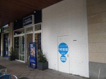 Foto 2 de Benta Berri. Local comercial con escaparate doble. Salida de humos.