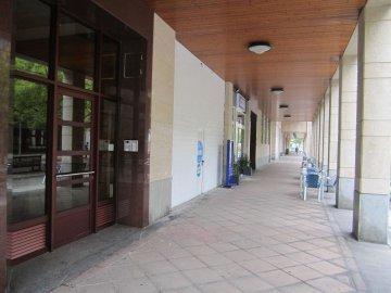 Foto 7 de Benta Berri. Local comercial con escaparate doble. Salida de humos.