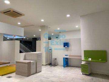 Foto 9 de Local comercial con escaparate de esquina en dos plantas.