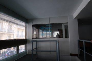 Foto 2 de Oficina en entreplanta esquina con aseo propio.