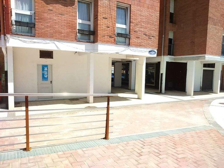 En Martutene, entorno tranquilo y bien comunicado, local a pie de calle, de esquina. Ideal oficina, gremios, negocio