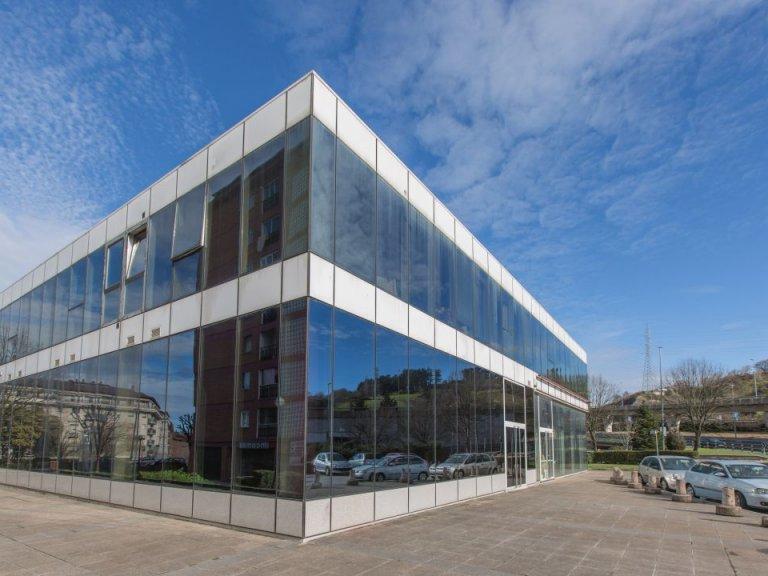 Oficina representativa totalmente instalada en edificio de Negocios a pie de la autovía, en Lasarte Oria