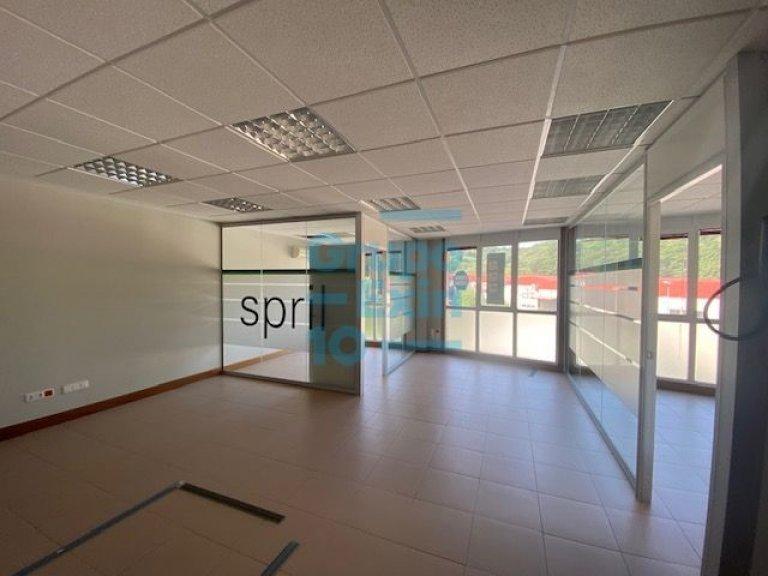 Oficina exterior a tres fachadas, muy luminosa y espaciosa. Pol. 27