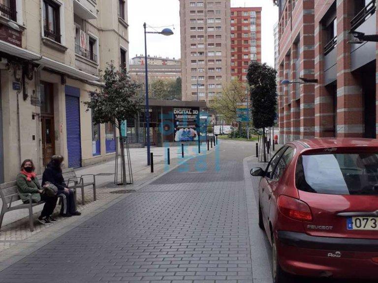 Local comercial amplio / Garaje - Ubicación Comercial