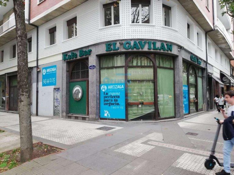 Alquiler de amplio local, Apto Hostelería u servicios etc.. a reformar, dispone de salida de humos