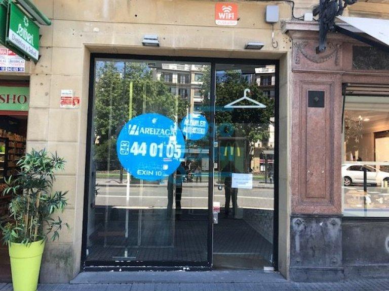 Zona Boulevard , junto a Garibay, local en 1ª linea comercial, LICENCIA sólo para textil-ropa-complementos, -