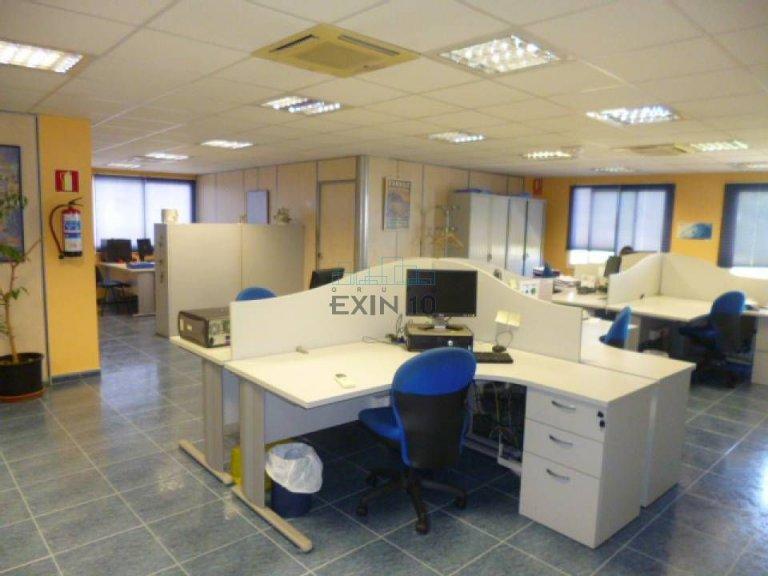 . Oficina acondicionada en planta 1º sala de reuniones, 1 despacho, 1 archivo y baños.