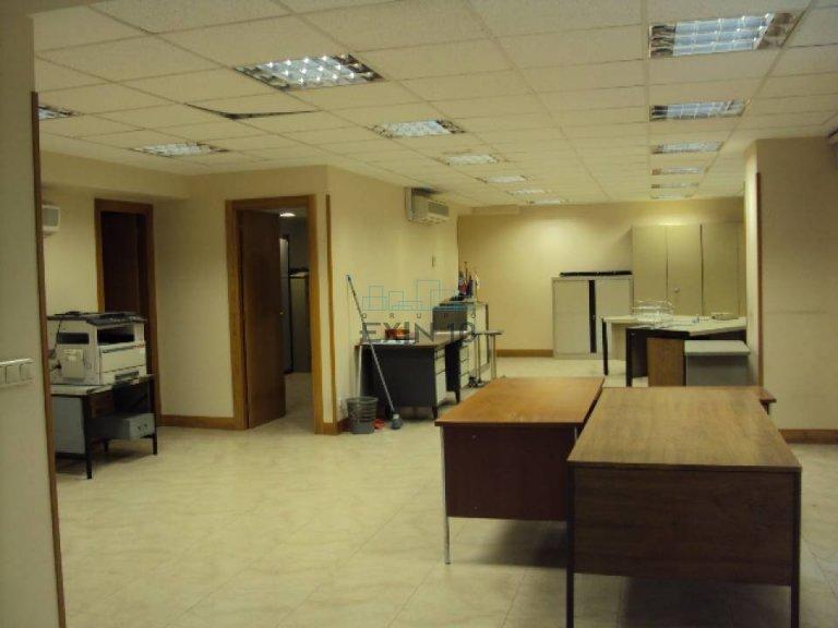 Oficina totalmente instalada exterior con vistas despejadas.