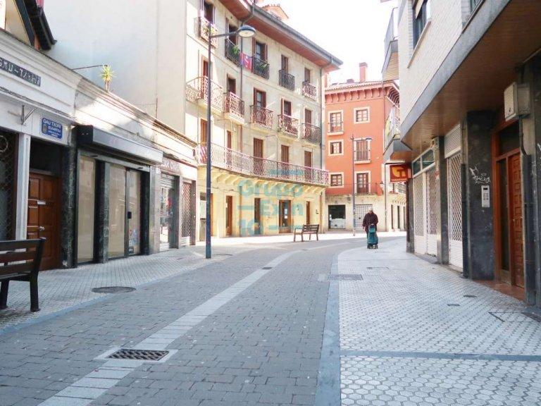 Local comercial junto a Eroski y en centro comercial Niessen.