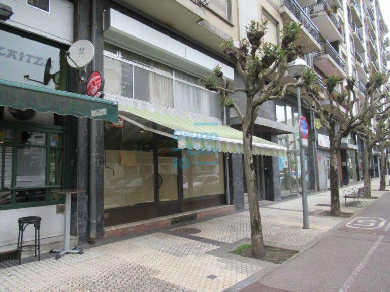 Local comercial acondicionado con entreplanta cercano a Anoeta.