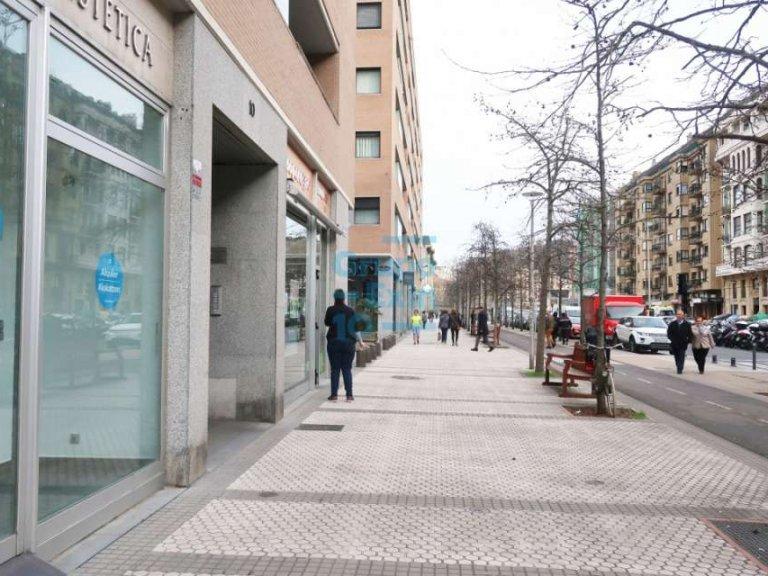 Local comercial a dos fachadas acondicionado como peluqueria.