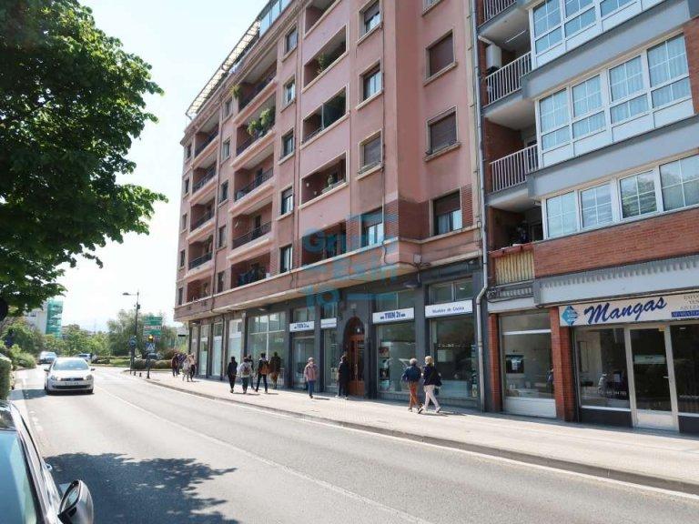 Local comercial en Avda. de Nabarra en zona de mucho paso peatonal y de vehículos.