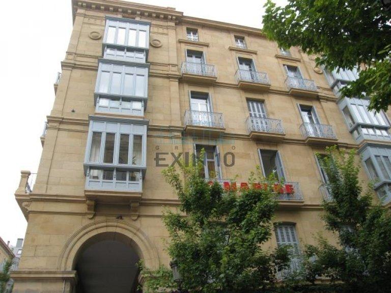 Edificio muy bien situado junto a la Plaza del Buen Pastor buena zona comercial y financiera de la Ciudad