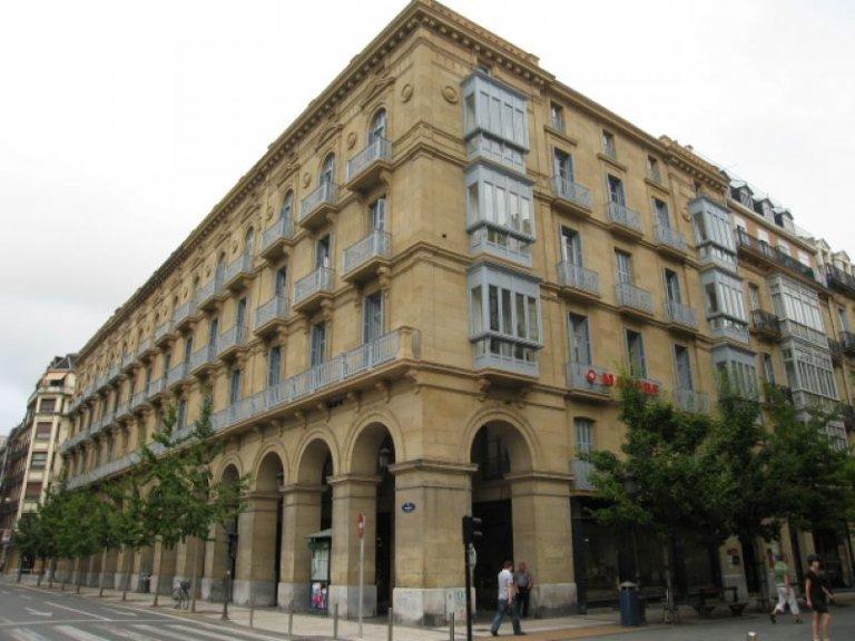 Edificio muy bien situado junto al Buen Pastor en buena Zona comercial y financiera de la Ciudad