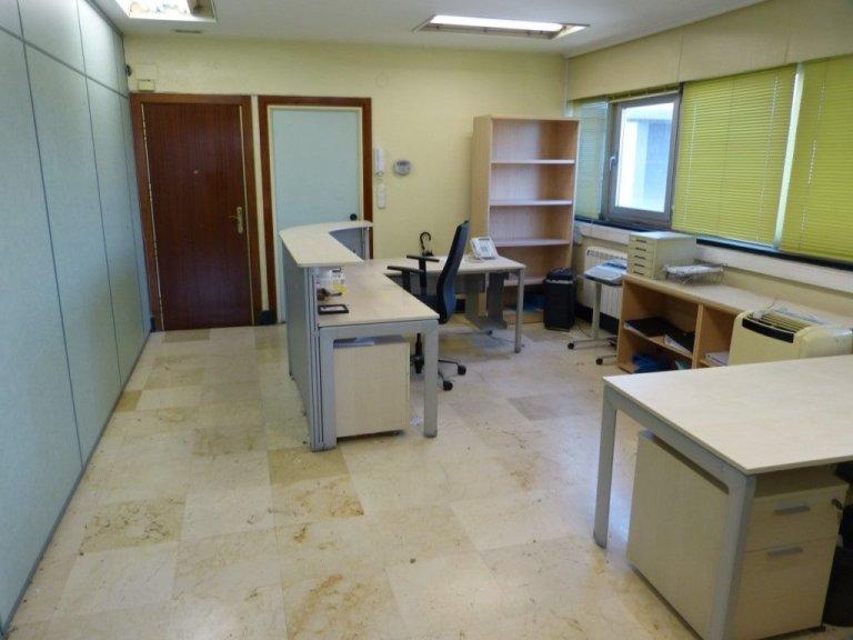 Amplia oficina con amplios espacios y muchísima luz.