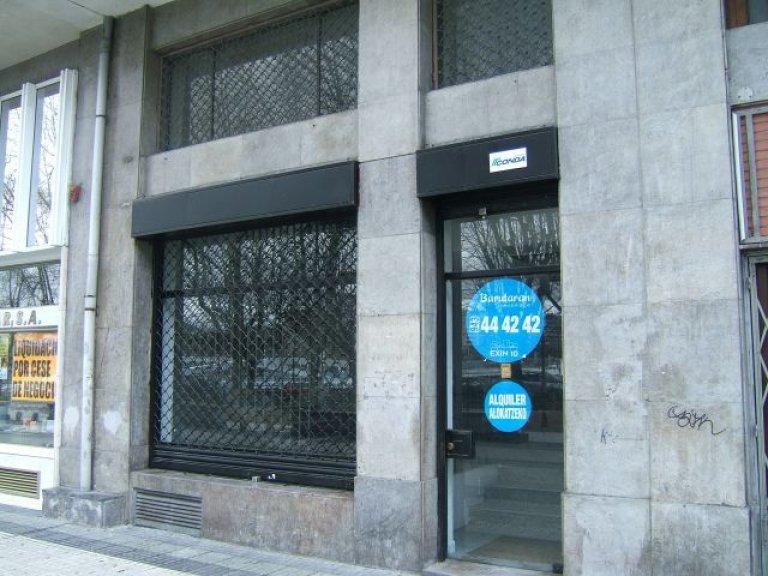 Amplio local con fachada a paseo de Bizkaia. A unos metros del hotel Amara Plaza.